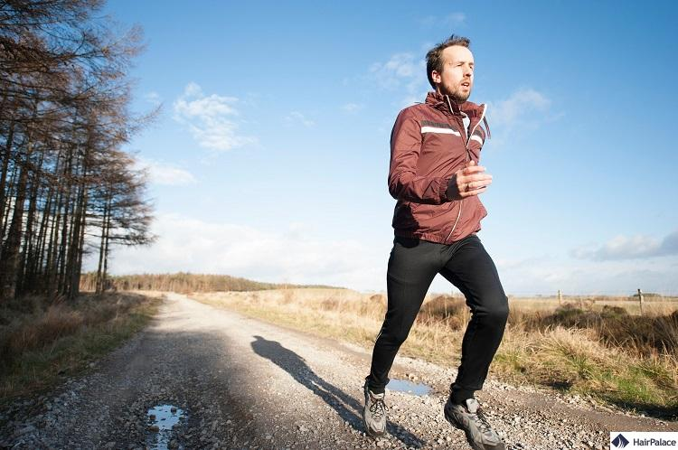 Regelmäßiges Training oder Laufen kann ein gesundes Haarwachstum fördern und zu weniger Haarausfall führen
